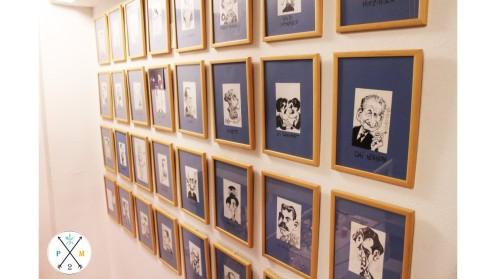 Las caricaturas a magos decoran las paredes de sus escaleras.