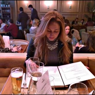 "Rosa hojeando la carta de ""Marieta""."