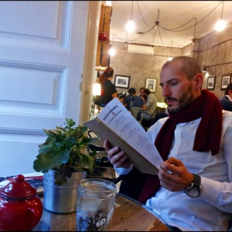 "Juan observando la carta de ""Mür Cafe""."