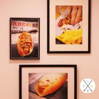 Los hot-dogs decoran sus paredes.