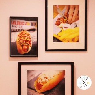 Los hot-dogs decoran sus paredes.