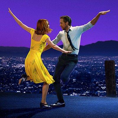 Una de las coreografías principales de la película con la ciudad de Los Ángeles como fondo.