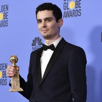 Su director Damien Chazelle mostrando su bien merecido Globo de Oro.