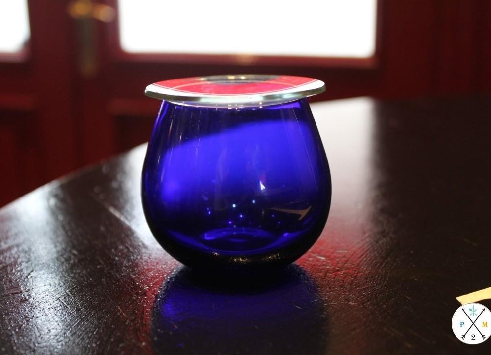 Vaso de cata, es azul para que no se vea el color.